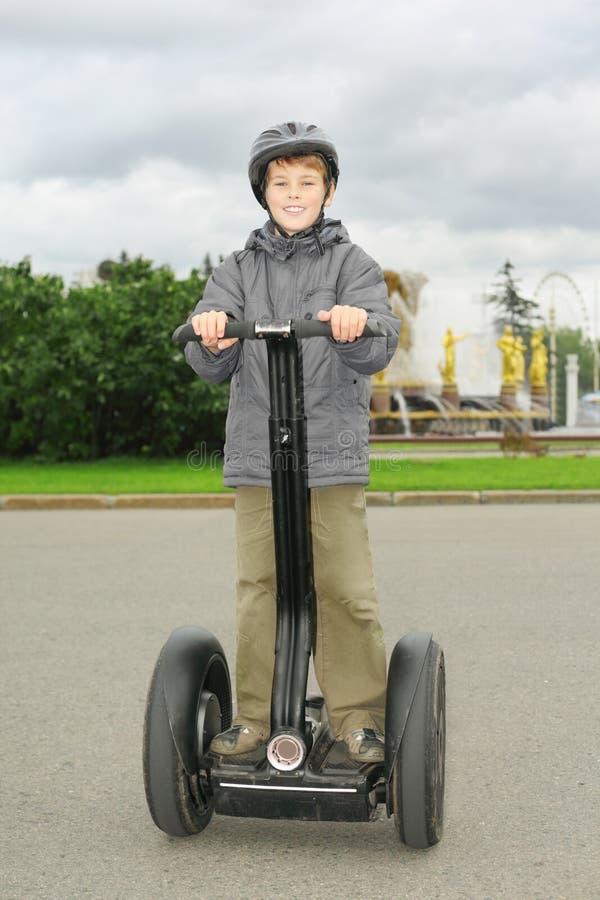 Chłopiec przejażdżka na segway obrazy royalty free