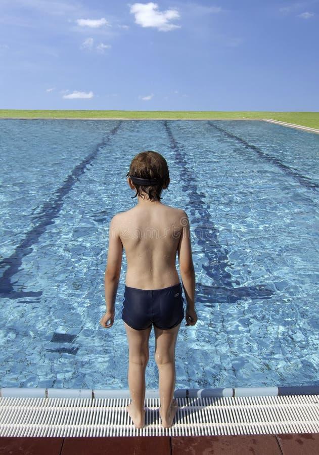 Chłopiec przy basenem obraz stock