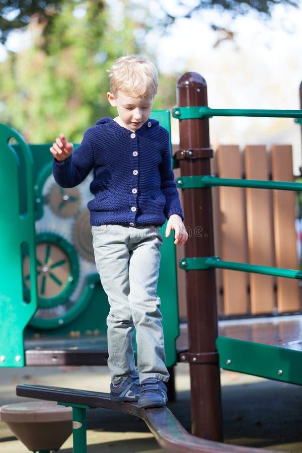 Chłopiec przy boiskiem fotografia stock