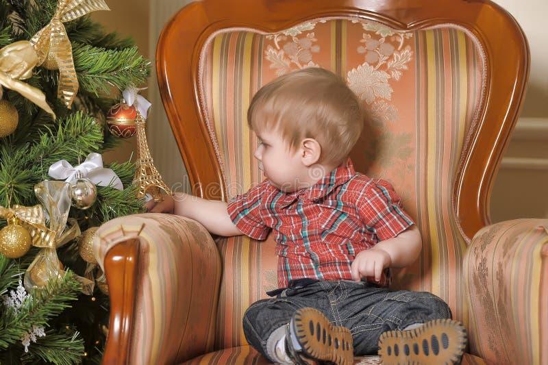 Chłopiec przy choinką obrazy royalty free
