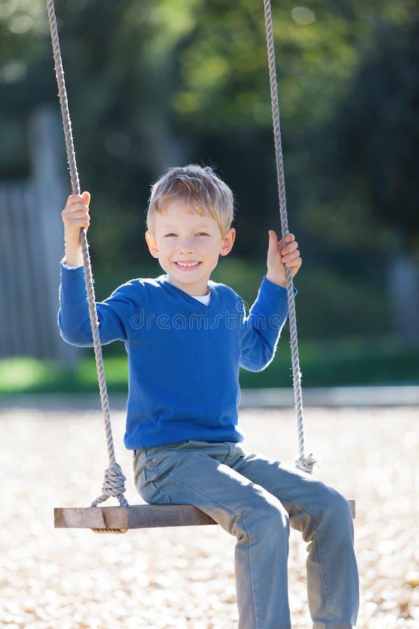 Chłopiec przy huśtawkami zdjęcia royalty free