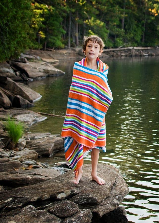Chłopiec przy jeziorem obrazy stock