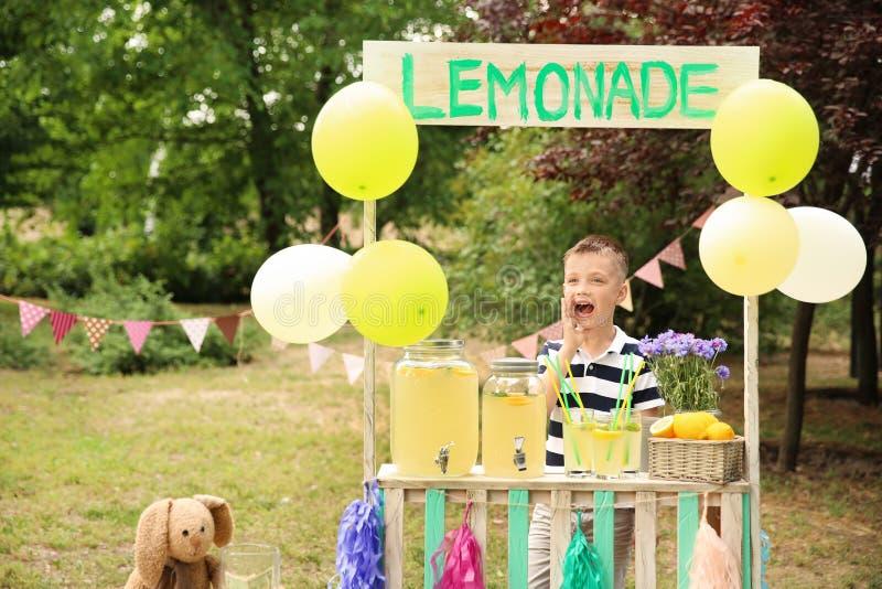 Chłopiec przy lemoniada stojakiem obraz stock