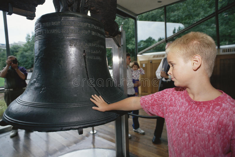 Chłopiec przy Swobodą Bell fotografia royalty free