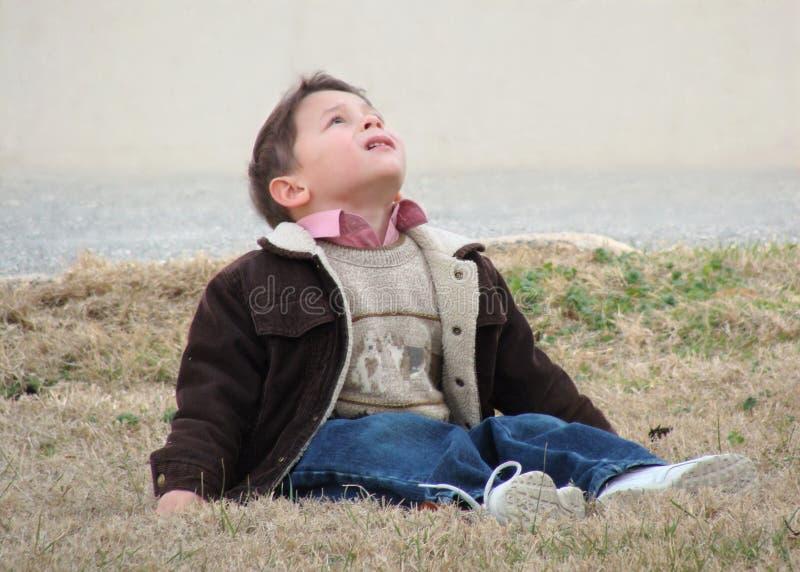 Chłopiec przyglądający up fotografia stock