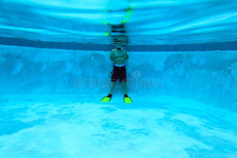 Chłopiec przygotowywająca pływać podwodnego w basenie obraz stock