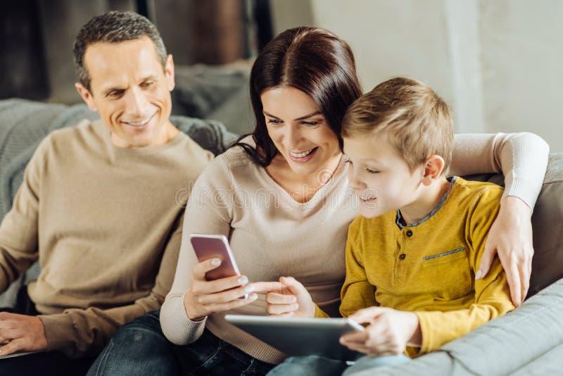 Chłopiec pyta matki o grą na jej telefonie obrazy stock