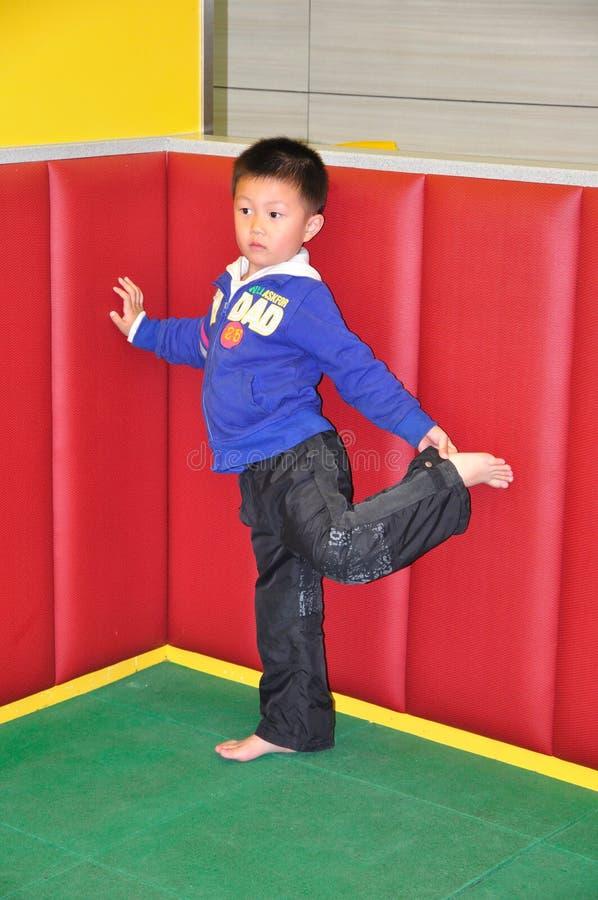chłopiec robi ćwiczeniu trochę ćwiczenia zdjęcie stock