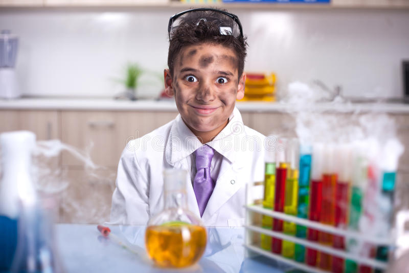 Chłopiec robi eksperymentom w laboratorium obraz royalty free