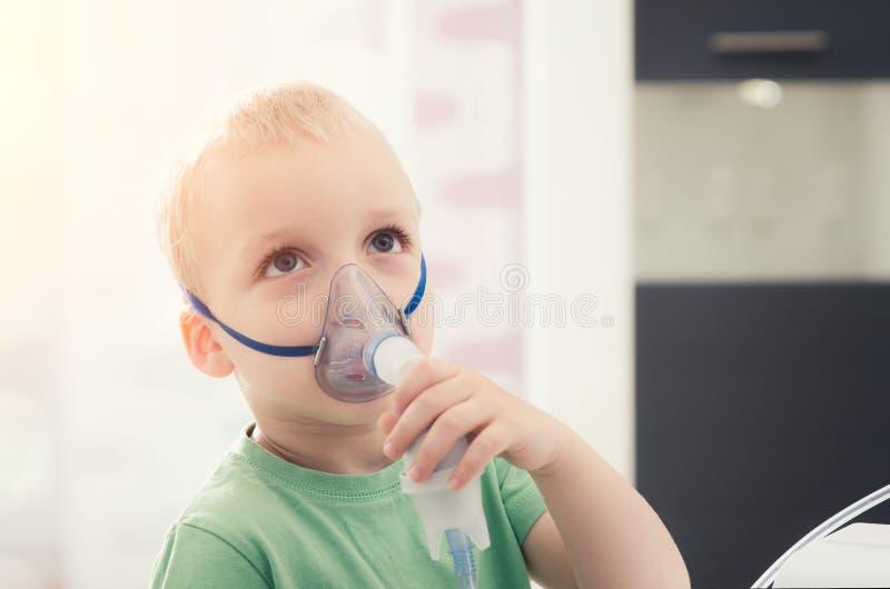 Chłopiec robi inhalaci z nebulizer w domu zdjęcia royalty free