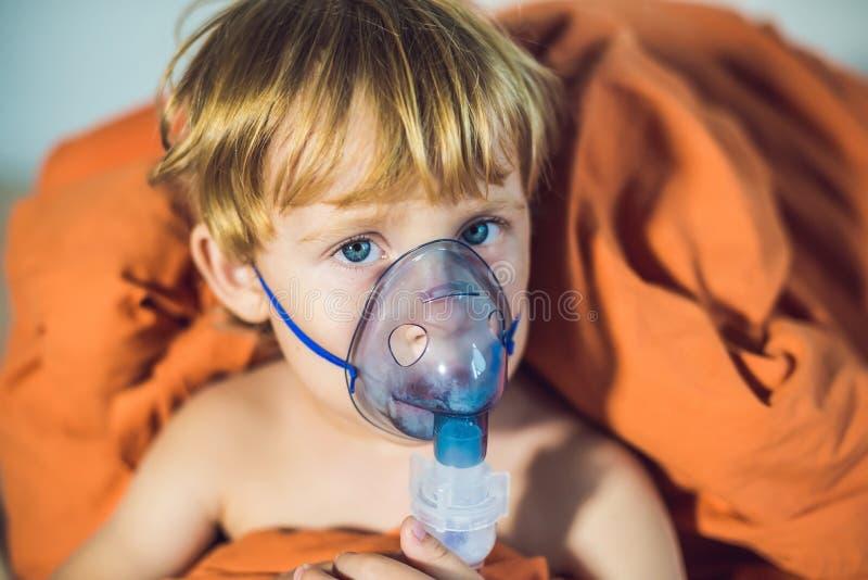Chłopiec robi inhalaci z nebulizer w domu obrazy royalty free