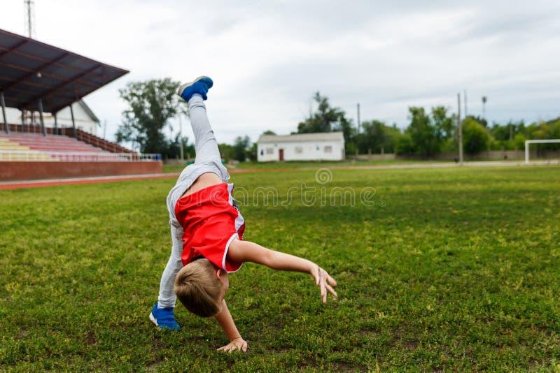 Chłopiec robi kołu na trawie obrazy royalty free