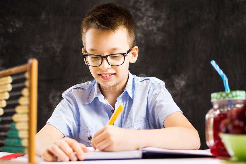 Chłopiec robi matematyki pracie domowej w domu fotografia royalty free