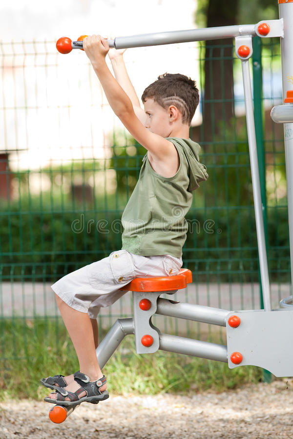 chłopiec robi sprawności fizycznej zabawie ma plenerowego obraz royalty free