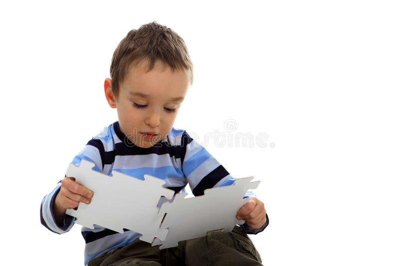 Chłopiec robi wyrzynarce na białym tle obrazy royalty free