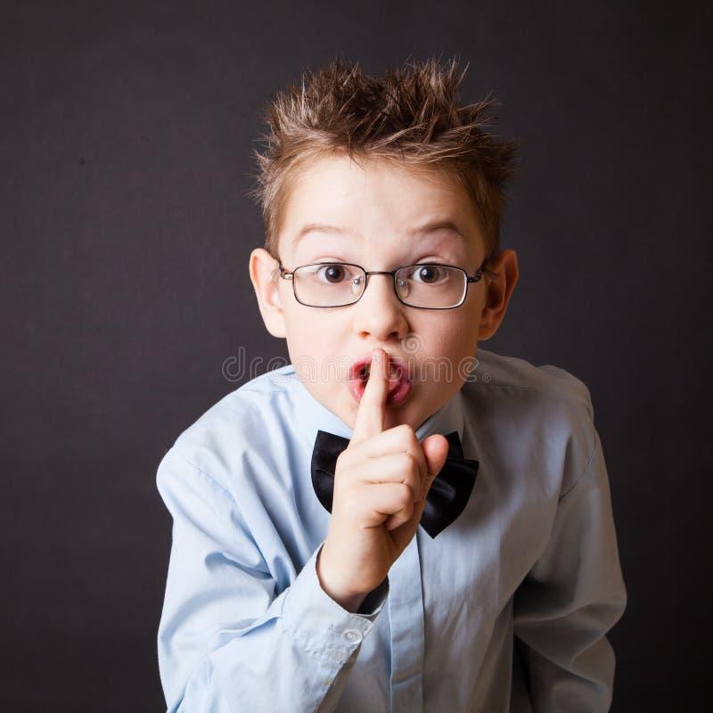 Chłopiec robi znakowi utrzymywać ciszę zdjęcie royalty free