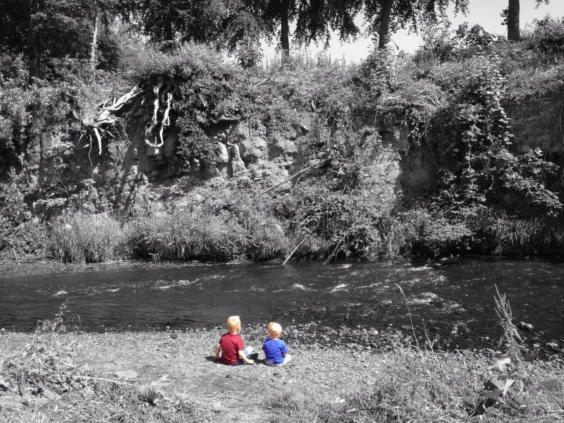 Chłopiec rzeką obrazy stock