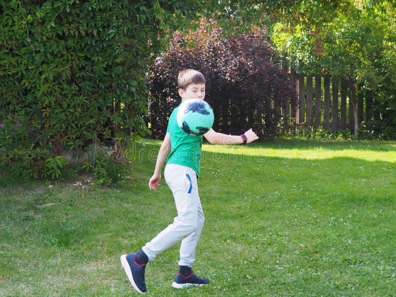 Chłopiec rzuca piłkę obraz stock