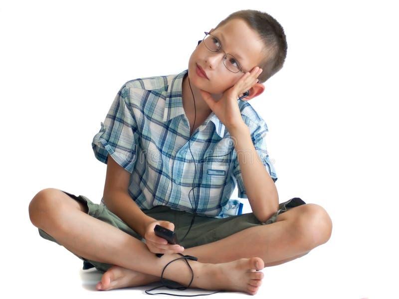 chłopiec słuchający muzyczny telefonu gracz fotografia stock