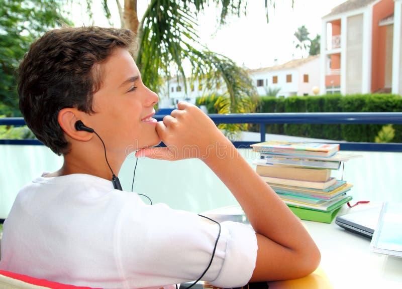 chłopiec słuchawek plenerowy zrelaksowany nastolatek obraz stock