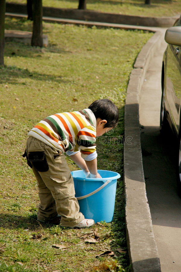 chłopiec samochodu domycie zdjęcie stock