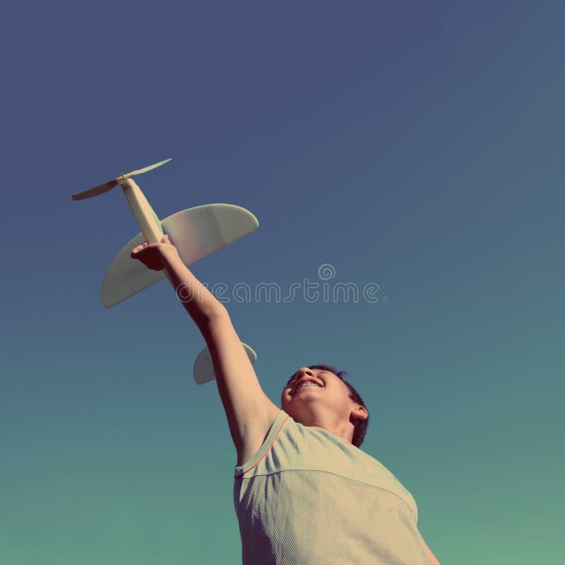 Chłopiec samolotu działający model - rocznika retro styl obrazy stock
