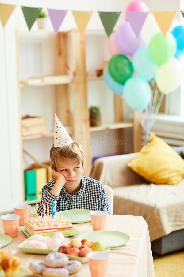 Chłopiec Samotnie przy przyjęciem urodzinowym fotografia stock