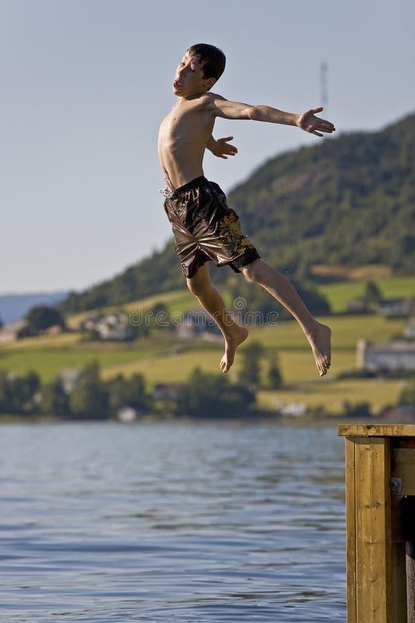 chłopiec skokowy jeziorny Norway fotografia stock