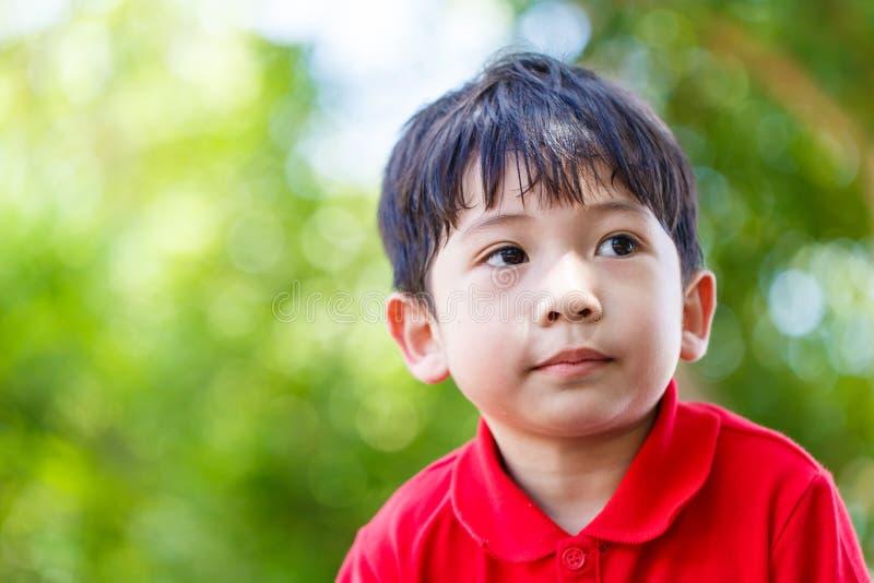 Chłopiec spoglądający zbliżenie szczegółu tło fotografia royalty free