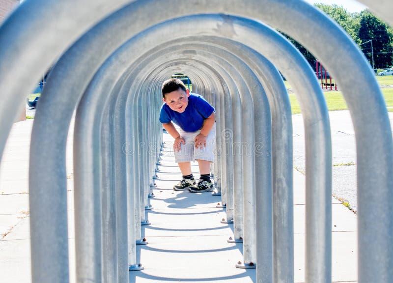Chłopiec spojrzenia zestrzelają roweru stojaka tunel zdjęcia stock