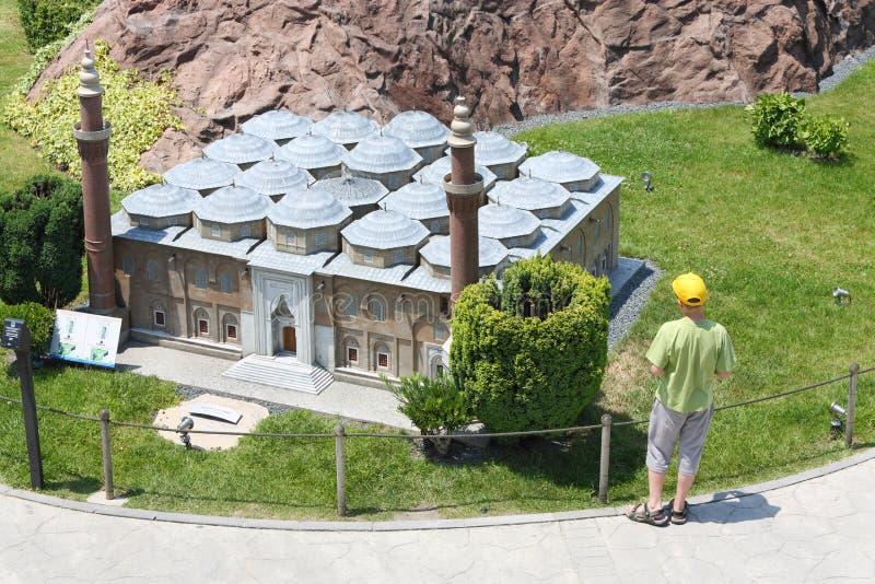 Chłopiec spojrzenie przy Bursa ulu cami w Miniaturk muzeum zdjęcie royalty free
