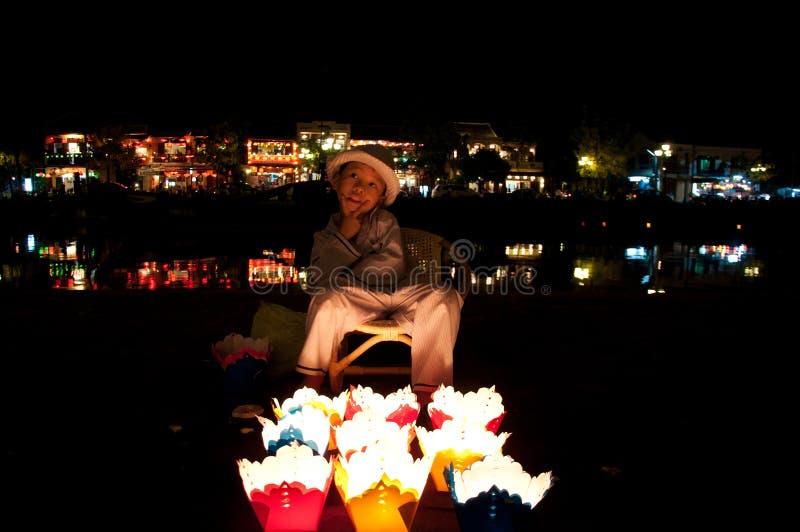 Chłopiec sprzedający świeczki w Hoi, Wietnam zdjęcie royalty free