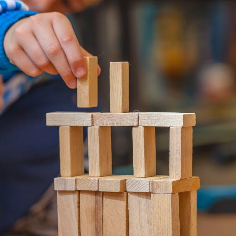 Chłopiec stawia Drewnianego element na budowie zdjęcie stock