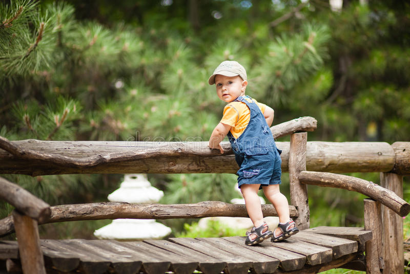 Chłopiec stoi na ławce outside zdjęcia royalty free