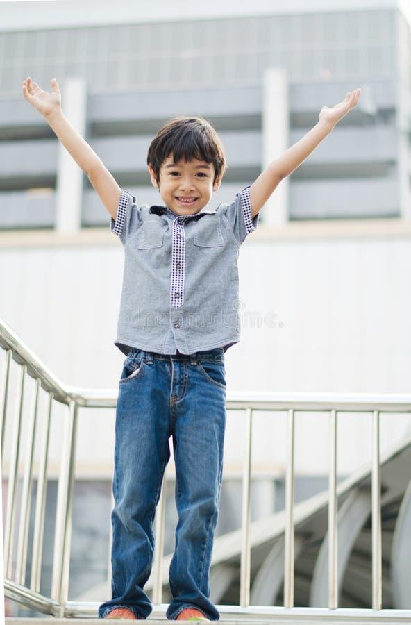 Chłopiec stoi up ręki i pokazuje up fotografia royalty free