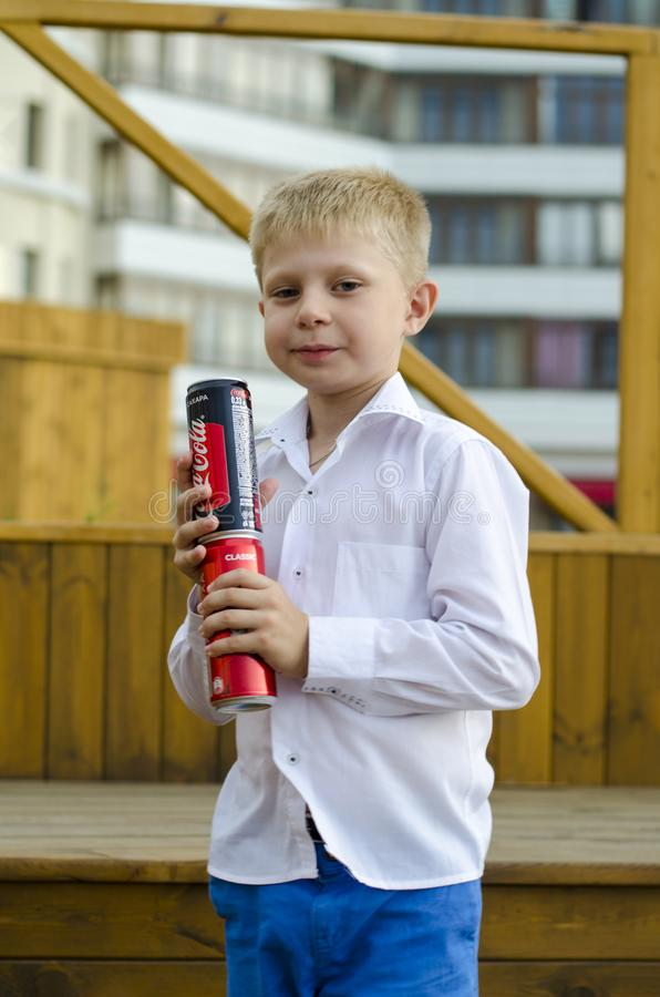 Chłopiec stojaki na chwytach i krokach koka-kola soda zdjęcia royalty free