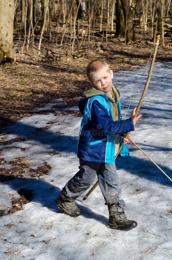 Chłopiec strzela łęk obrazy stock