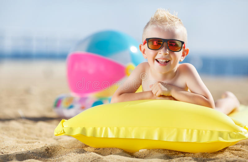 Chłopiec sunbathing na nadmuchiwanej materac obraz stock