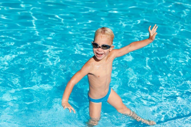 chłopiec szczęśliwy basenu zdjęcia royalty free
