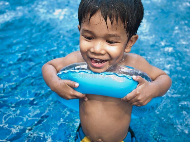 chłopiec szczęśliwy basenu dopłynięcie obraz royalty free