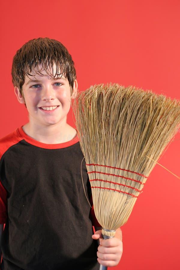 chłopiec szczęśliwy na miotły pionowe zdjęcie royalty free