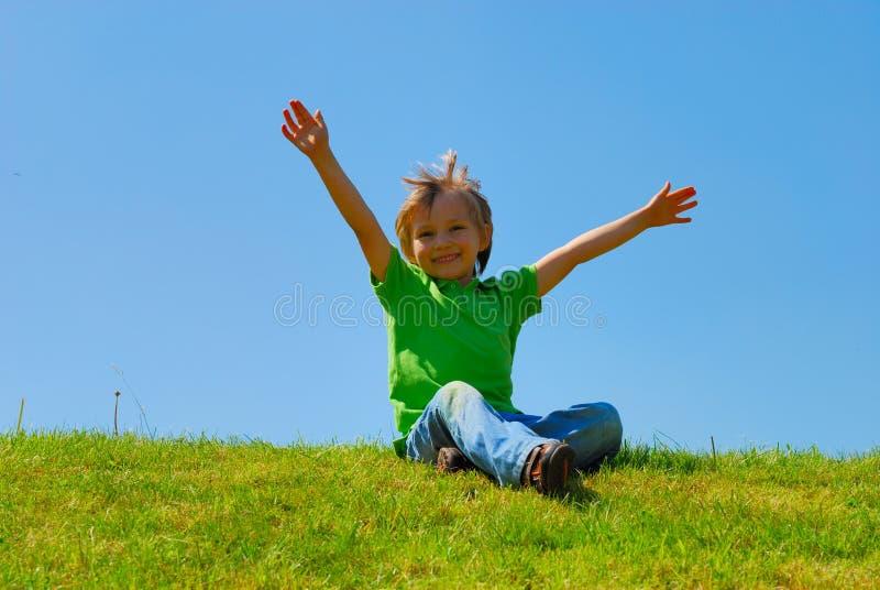 chłopiec szczęśliwy na zewnątrz fotografia royalty free