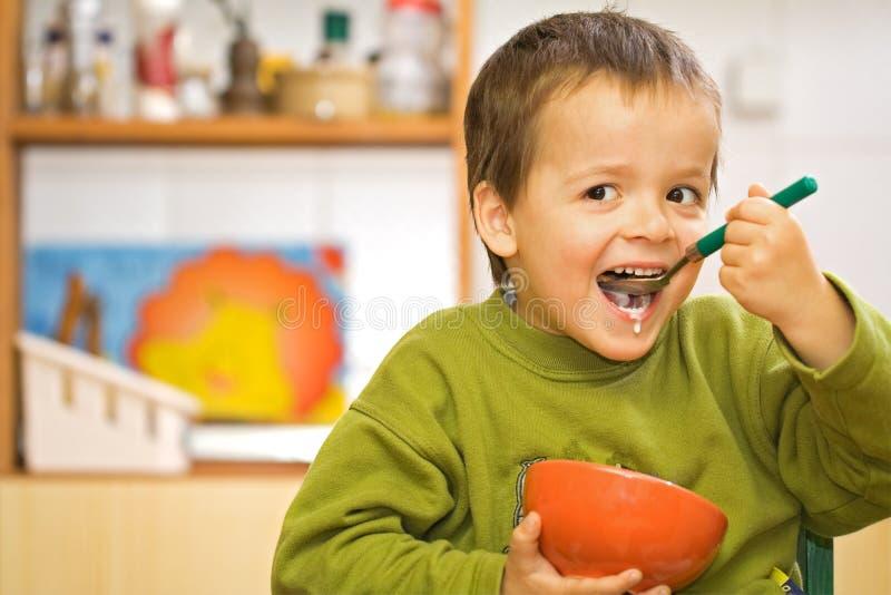 chłopiec szczęśliwy zjeść zbóż fotografia stock