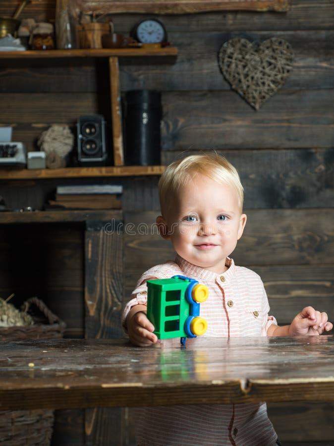 Chłopiec sztuka z zabawkarskim samochodem na międzynarodowym children dniu Szczęśliwy międzynarodowy children dzień zdjęcia stock