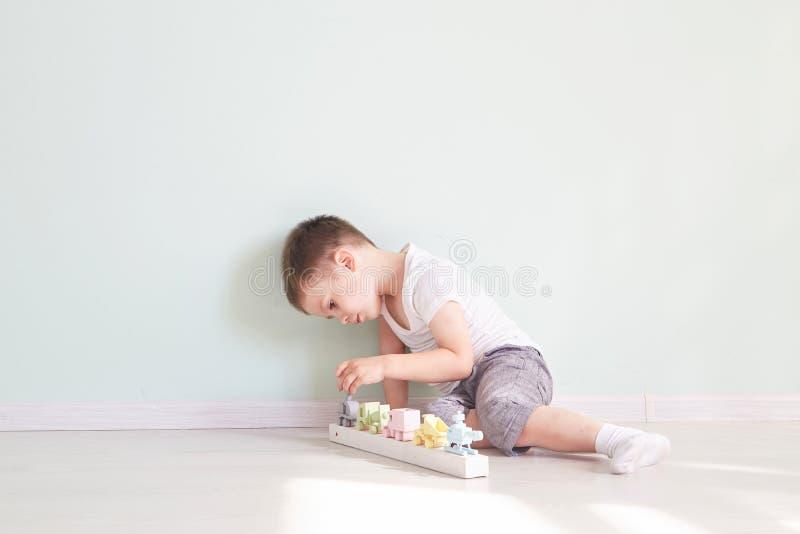 Chłopiec sztuki z zabawkarskim samochodem w domu obrazy stock