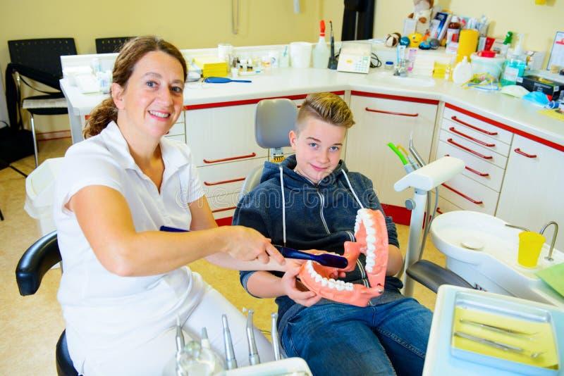 Chłopiec taktuje żeńskim dentystą obraz stock