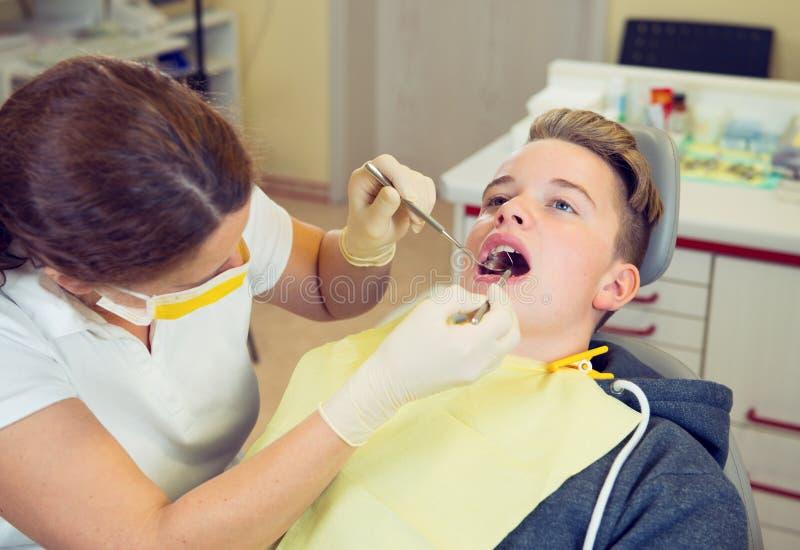 Chłopiec taktuje żeńskim dentystą fotografia royalty free