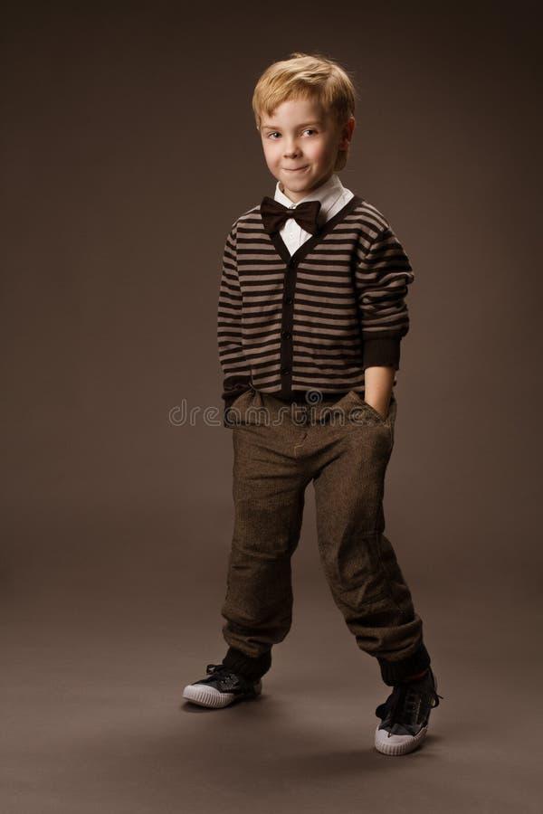 Chłopiec taniec. Rocznika stylu dzieciaków moda, brown tło zdjęcia royalty free