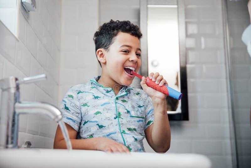 Chłopiec target803_0_ jego zęby obraz stock