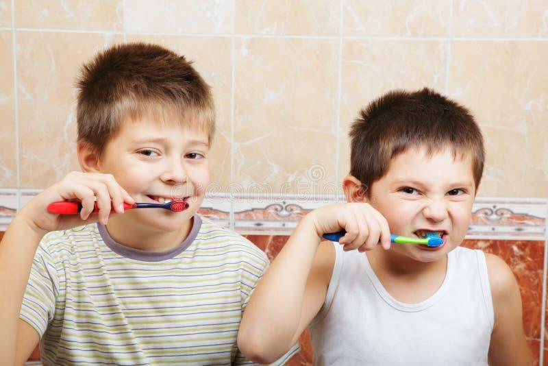chłopiec target1922_0_ zęby obraz stock